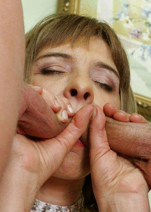 Зрелая женщина учит аналу молодых парней - фото 12