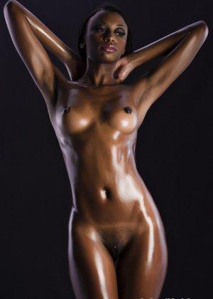 Сексуальная голая негритянка - фото 2