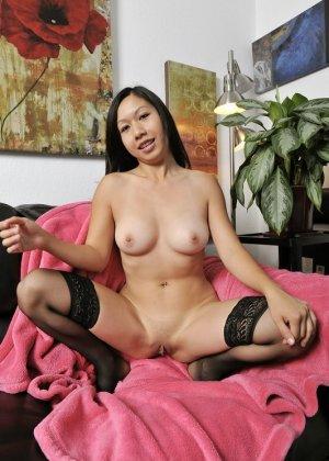 Бритая пизда молодой азиатки крупным планом - фото 10