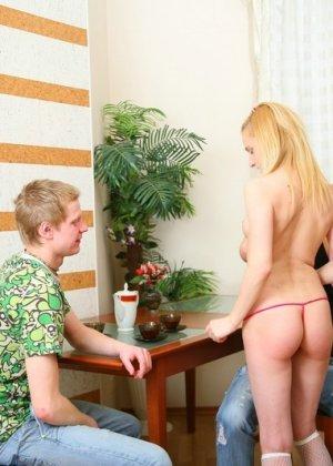 Два парня выебали худую блондинку - фото 4