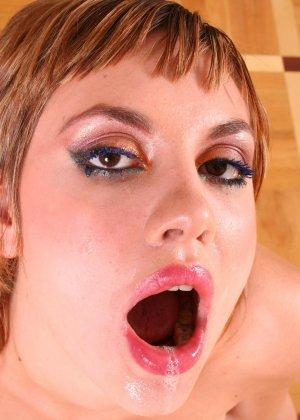 Оголив грудь, рыжая девушка сосет хуй от первого лица - фото 16