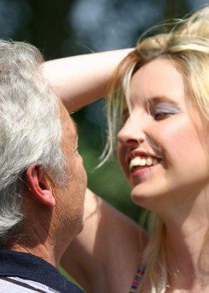 Молодая блондинка ебется на улице со стариком - фото 3