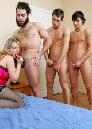 Зрелая ебется в анал с молоденькими парнями - фото 1