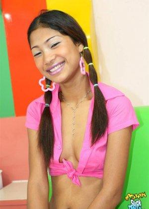 Молодая азиатка показывает небритые половые губы - фото 3