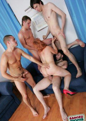 Рыжая зрелая женщина за деньги дала в анал молодым парням - фото 10