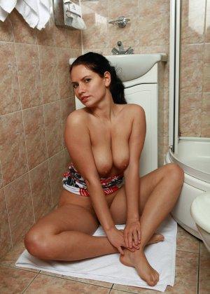 Красивая эротичная русская женщина в ваннной - фото 10