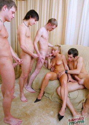 Парни трахают в жопу толпой пожилую блондинку - фото 5