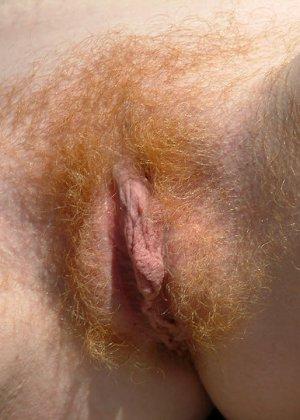 Голая телка с рыжими волосами на пизде - фото 10