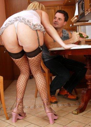 Анальный секс со зрелой женщиной, вместо хуя в жопу был засунут огурец - фото 2