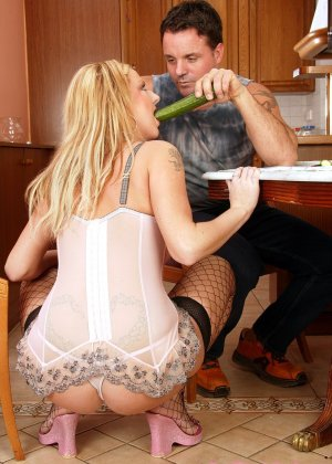 Анальный секс со зрелой женщиной, вместо хуя в жопу был засунут огурец - фото 3