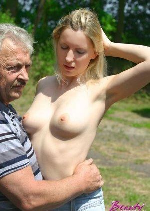 Молодая блондинка ебется на улице со стариком - фото 5