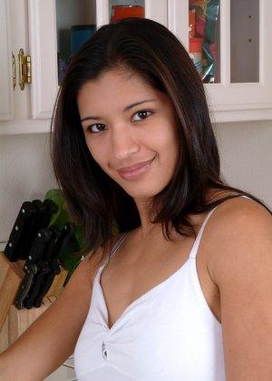 Голая азиатская молодая женщина - фото 8