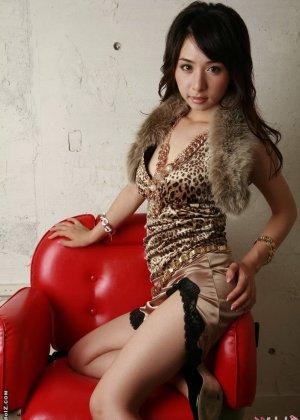 Красивая девушка азиатка - фото 5