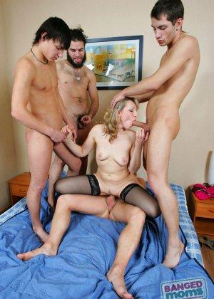 Зрелая ебется в анал с молоденькими парнями - фото 5