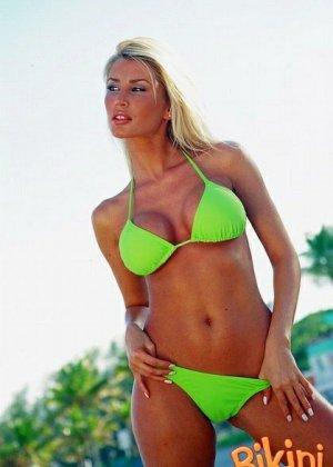 Блондинка в ярком бикини - фото 8