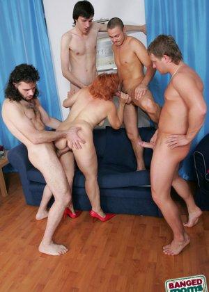 Рыжая зрелая женщина за деньги дала в анал молодым парням - фото 3