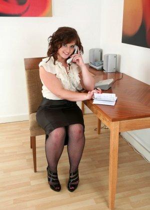 Пухлая секретарша показала волосатую пизду на работе - фото 2