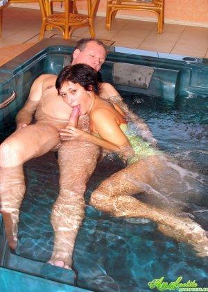 В бассейне зрелая трахается в жопу - фото 8