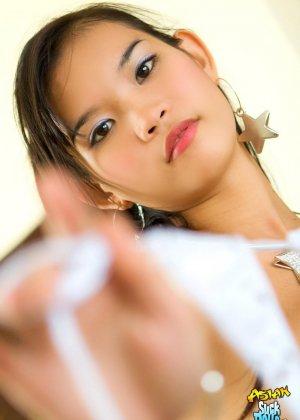 Голая азиатка показывает эротику - фото 9