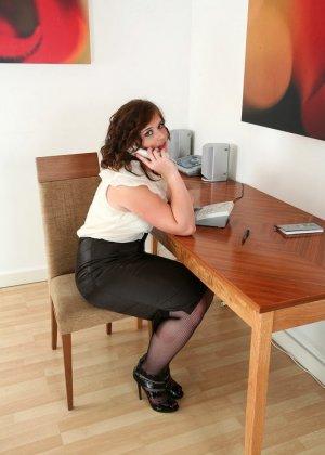 Пухлая секретарша показала волосатую пизду на работе - фото 1