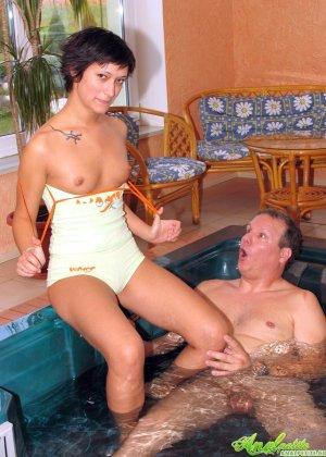В бассейне зрелая трахается в жопу - фото 6