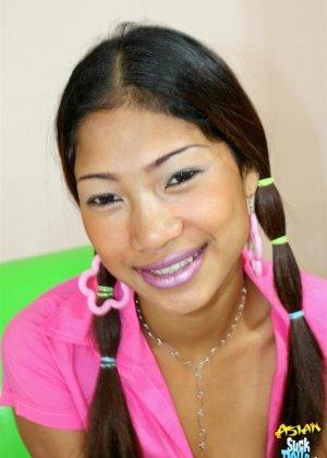 Молодая азиатка показывает небритые половые губы - фото 2