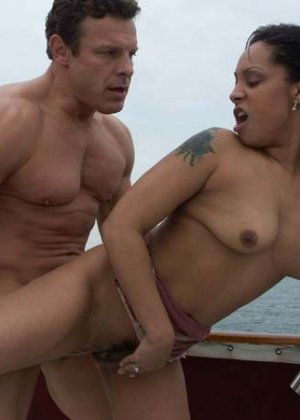 Ебет зрелую латинку в бикини на яхте - фото 9