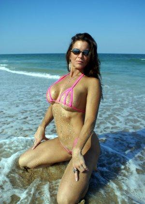 Большая грудь женщины в купальнике - фото 6
