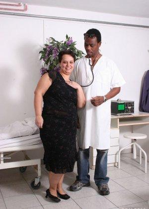 Толстая поебалась с гинекологом - фото 1