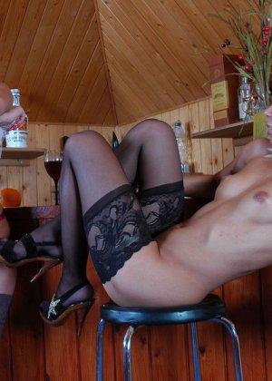 Напоила подругу и выебала ее в очко - фото 7