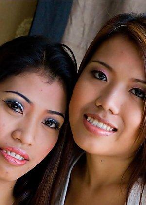 Две азиатки почти лесбиянки - фото 1