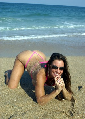 Большая грудь женщины в купальнике - фото 8