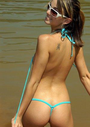 Худая красавица в светло-голубом бикини - фото 2