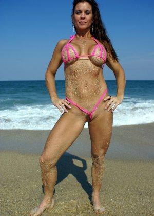 Большая грудь женщины в купальнике - фото 1