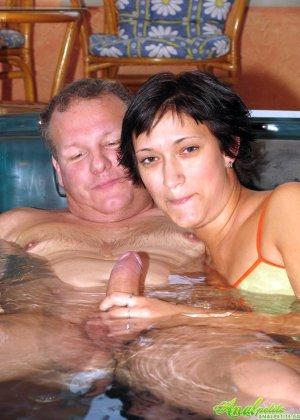 В бассейне зрелая трахается в жопу - фото 7