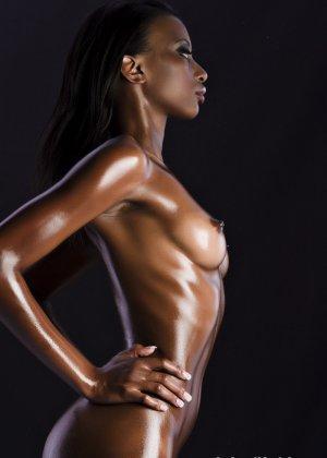 Сексуальная голая негритянка - фото 6
