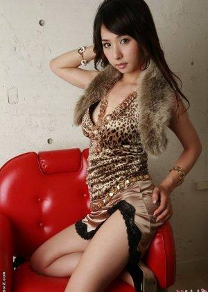 Красивая девушка азиатка - фото 6