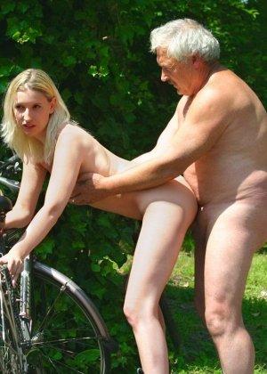 Молодая блондинка ебется на улице со стариком - фото 12