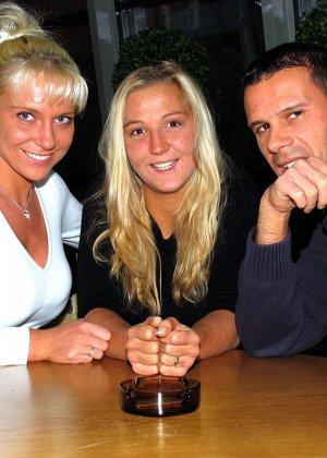 Анал мужа, жены и случайной знакомой с бара - фото 1