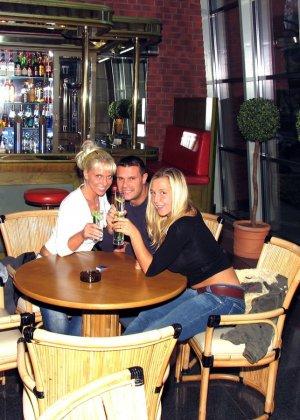 Анал мужа, жены и случайной знакомой с бара - фото 2