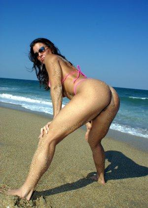 Большая грудь женщины в купальнике - фото 5