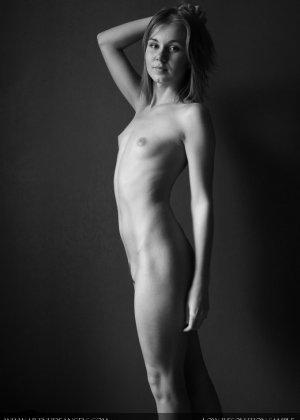 Голая телочка с плоской грудью - фото 10