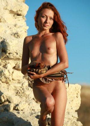 Голая худая рыжая девушка на природе - фото 10