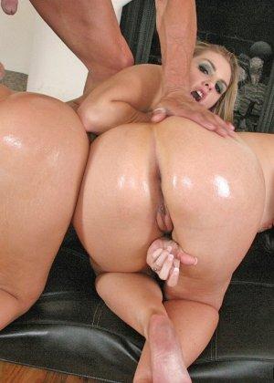 Анальный секс с двумя жопастыми блядями - фото 9
