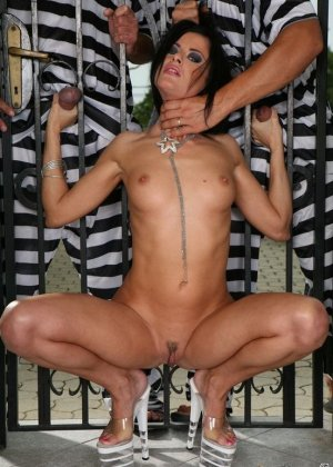 Два сбежавших арестанта уговорили на анальный секс зрелую брюнетку - фото 6