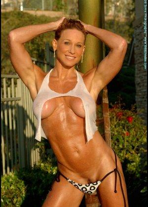 Мускулистая женщина в микро бикини - фото 5