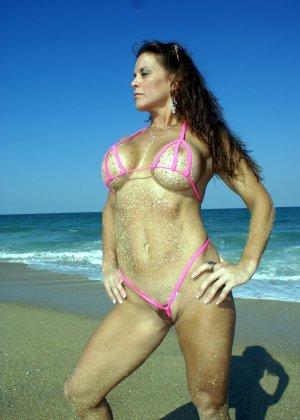 Большая грудь женщины в купальнике - фото 2
