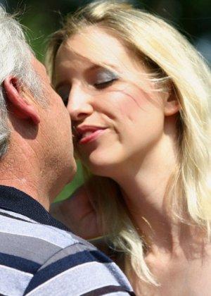 Молодая блондинка ебется на улице со стариком - фото 4