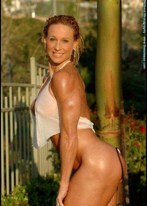 Мускулистая женщина в микро бикини - фото 6
