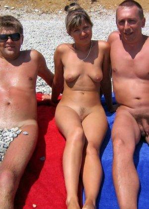 Голые женщины на нудистском пляже - фото 9